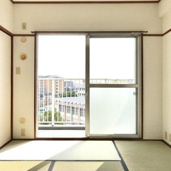 陽当たりのいい和室は日向ぼっこしたくなっちゃう。テレビとこたつがあればそれで十分!