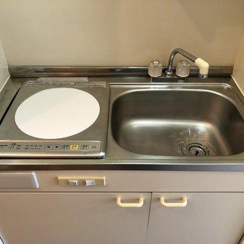 その横にあるキッチン。調理スペースはシンクボードを置くと良さそうですね。