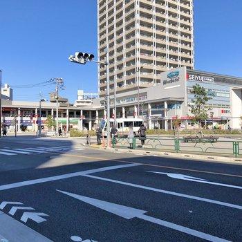 駅前には24時間営業のスーパーや、