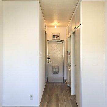 窓を背にすると玄関が正面に見えます。