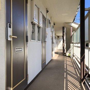 お部屋の前には、落ち着いた廊下が続きます。