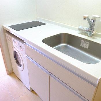 シンク広め〜!キッチン下に洗濯機があります。(※写真は6階の反転間取り別部屋のものです)