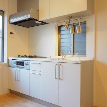 設備の豪華な白キッチン!※写真は前回募集時のもの