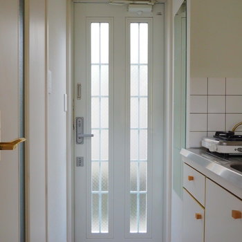 玄関ドアも光が通るようになってます