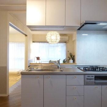 キッチンは淡いブルーの優しい雰囲気
