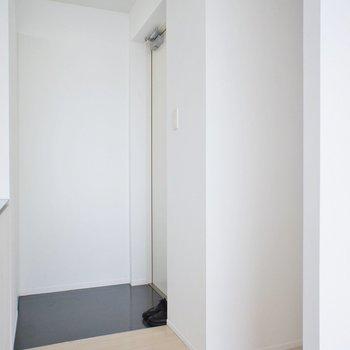 すぐ横に玄関。※写真は6階の同間取り別部屋のものです