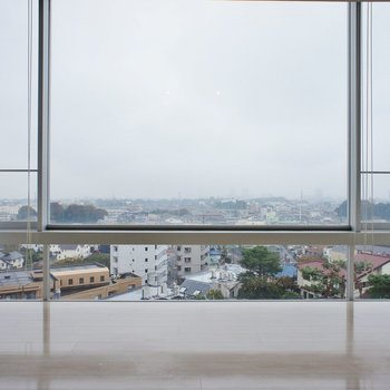 さいごにもいちど大きい窓。※写真は6階の同間取り別部屋のものです