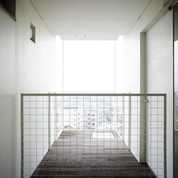 こっちはバルコニー。※写真は6階の同間取り別部屋のものです