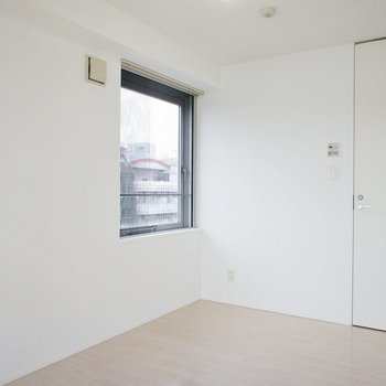 こっちは寝室、奥の扉は。※写真は6階の同間取り別部屋のものです