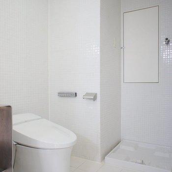 タンクレスのトイレがちょこんと※写真は6階の同間取り別部屋のものです