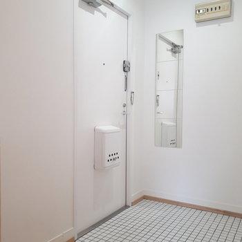 玄関も白タイルで爽やかに。※写真は前回募集時のもの