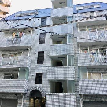 エレベータ付きの6階建てマンションです。