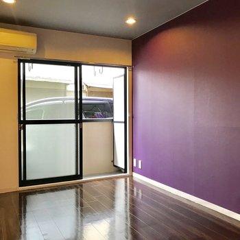 紫の壁にはテレビを置きたいかな