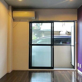 白と紫のコントラストが表現する二面性