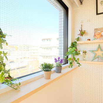 出窓には植物もおけます※写真は前回募集時のもの※小物はイメージです
