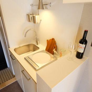 キッチンはコンパクトな1口IH!※写真は前回募集時のもの※小物はイメージです