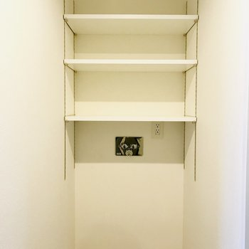 洗濯機スペースの上には棚があって便利なんです!