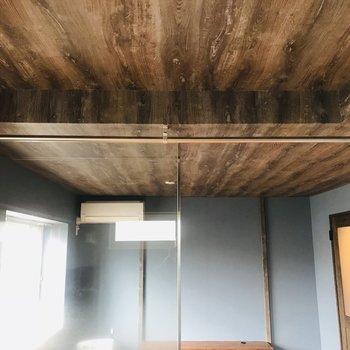 天井は木目ですよ