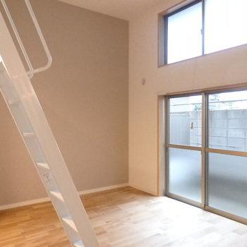 洋室は7.5帖!グレーのアクセントがお部屋の印象をまとめています。