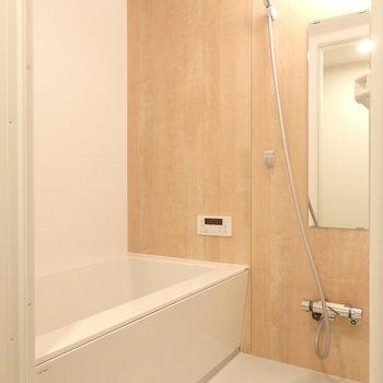 お風呂は追い焚き機能が付いています。木目のシートもナチュラルで素敵です。