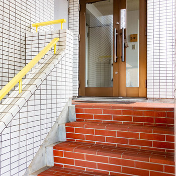 お部屋までは階段。この先は女性限定のエリアになって安心。