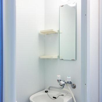 浴室はシャワールームで。洗面台もここに。  *別部屋同タイプのものです※写真は3階の反転間取り別部屋のものです