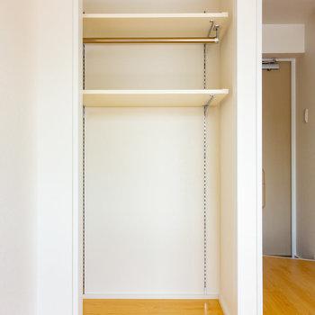 収納は可動棚のオープンタイプ。※写真は3階の反転間取り別部屋のものです