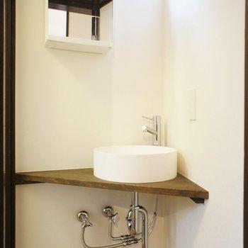 お風呂の前に小さな脱衣所兼、洗面台