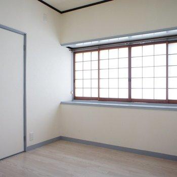 お隣に小さな書斎!ここだけ別の空間。