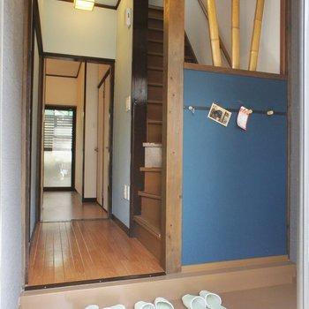 玄関、竹のルーバーがかわいい。