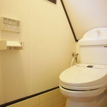 トイレにも窓。便座はあたらしく。