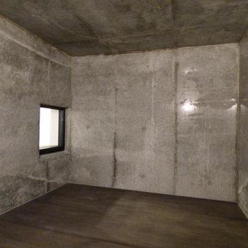 こういう小窓、好きです。※写真は2階の似た間取り別部屋のものです
