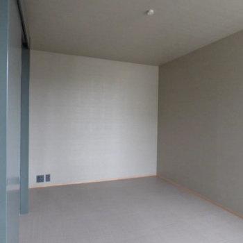 ここから個室の中。※写真は2階の似た間取り別部屋のものです