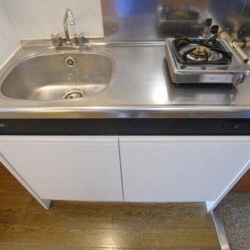キッチンはコンロを買っても良さそう…。※写真は2階の反転間取り別部屋のものです
