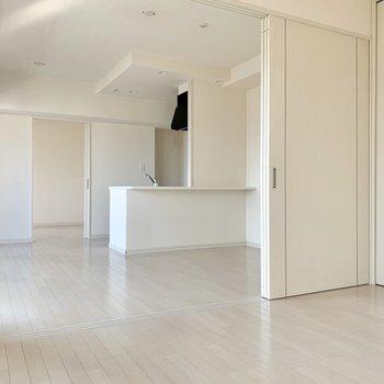 真っ白なお部屋。室内装飾のしがいがありそうです!(※写真は12階の反転間取り別部屋のものです)