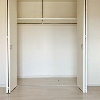 こちらの洋室にもワイドなクローゼット。(※写真は12階の反転間取り別部屋のものです)