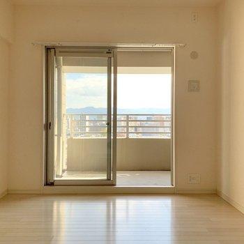 5.1帖の洋室は開き戸で仕切るタイプだから個室感高め。(※写真は12階の反転間取り別部屋のものです)