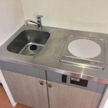 キッチンはコンパクト。洗い場小さいな。