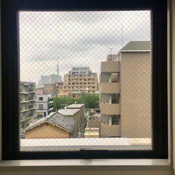 靴箱の上の小窓。ここからもスカイツリー。