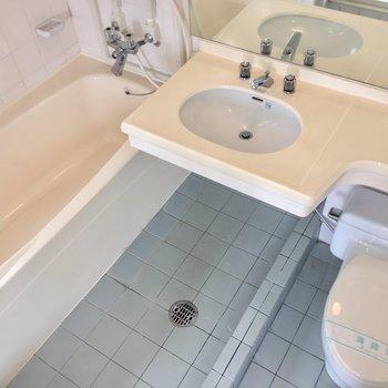 洗い場の床には仕切りがあり、水がせき止められるようになっています。