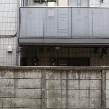 眺望。隣のマンションの2Fフロアに人とは目線合ってしまうかも。ご挨拶いたしましょう!