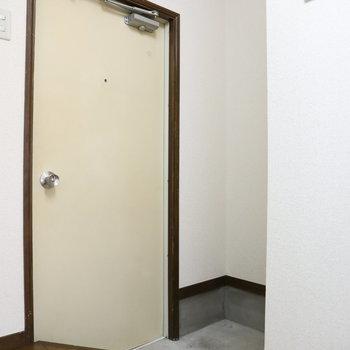 玄関は少し狭め。シューズボックスが必要な方はご自身で!