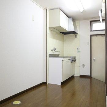 こちらキッチン。冷蔵庫も置けますね。洗濯機置場もここにあります。