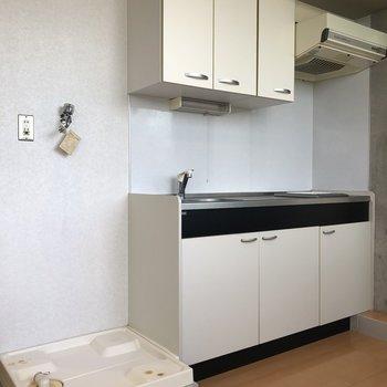 キッチン。隣に洗濯パンがあります。