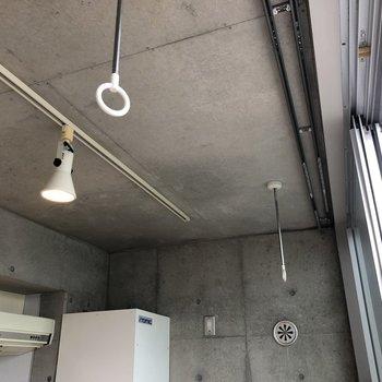 天井から物干し竿を吊るせます