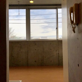 玄関からの眺め、さすが明るい
