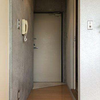 廊下を進むと…玄関!
