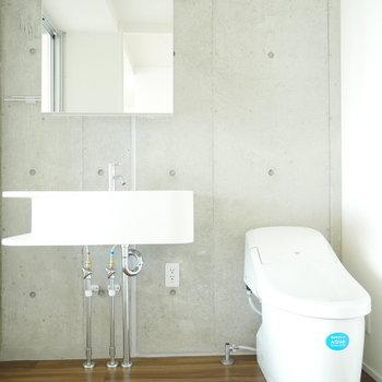 スッキリした洗面台とトイレ(※写真は9階の同間取り別部屋のものです)