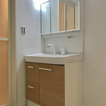 3面鏡の洗面台は木調でかわいらしく!