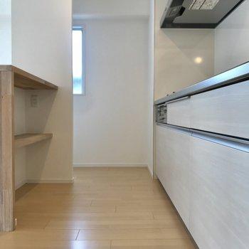 キッチンスペースはこんな感じ カウンター後ろにもしっかり収納を!